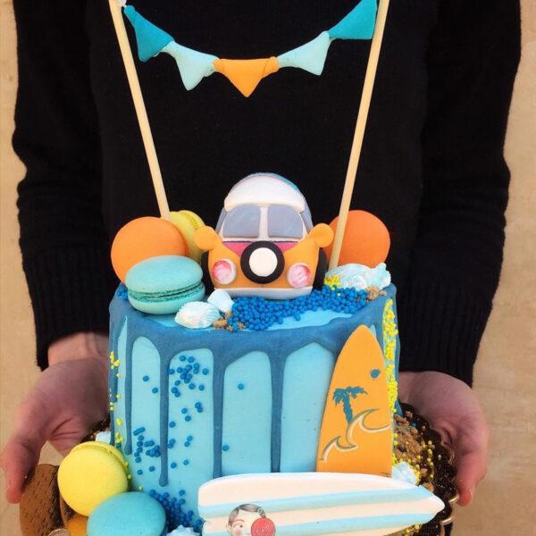 کیک خامه ای با تاپر فوندانتی فلکس و ماکارون