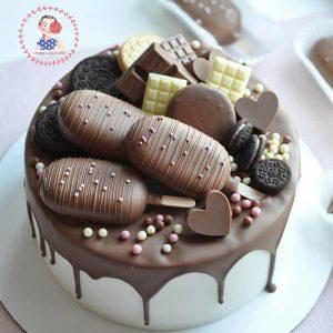 کیک خامه ای با تزیین بستنی چوبی و شکلات