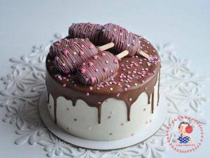 کیک خامه ای با تزیین بستنی چوبی های شکلاتی