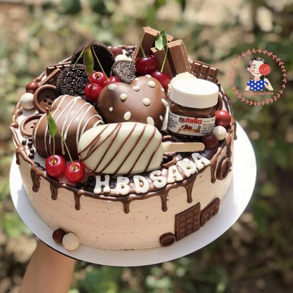 کیک تولد خامه ای با تزیین شکلات و بستنی چوبی