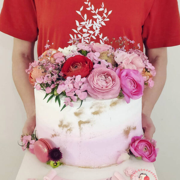 کیک خامه ای با دیزاین گل و ماکارون بهاری