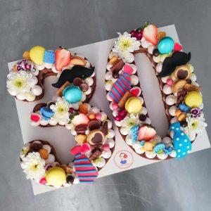 کیک عدد با تزیین سیبیل و کروات
