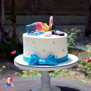 کیک خامه ای دخترانه با دیزاین لوازم آرایش