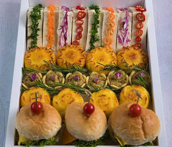 فینگر فود ساندویج کلاب و مینی تارت کشک بادمجان و نه چین اجرا شده توسط خانم متین قلندری